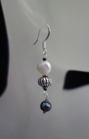 blackwhite metal pearl earrings