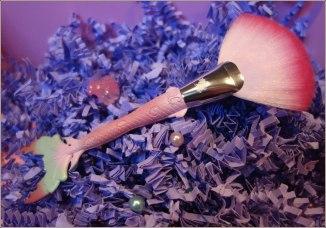 unicorn-cosmetics-bubbles-mermaid-fan-brush-2
